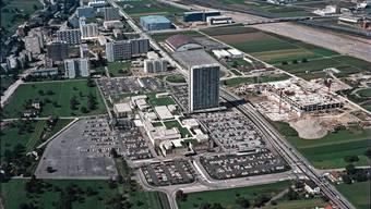 Ein amerikanisch anmutender Turm zum unwahren Waren-Babel: Das Shoppingcenter und seine Umgebung dienten in Schulzimmern der 1970er-Jahre zur Illustration einer Mahnung.