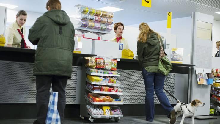 Die Pöstlerinnen verkaufen nebst Marken jetzt auch Versicherungen der «Zürich».