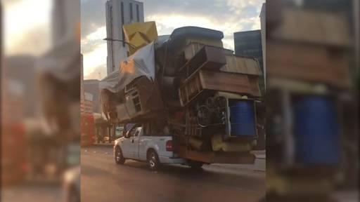 Meterhoher Möbelberg: Mann kurvt mit überladenem Auto durch Mexiko