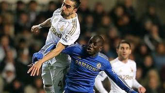 Chelseas Demba Ba (r.) verliert Kopfballduell mit Swanseas Chico .