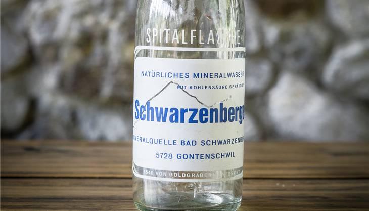 Eigenes Wasser hat auch der Gasthof Bad Schwarzenberg in Gontenschwil. Die Quellen im Fels hinter dem Haus seien anno 1640 von Goldgräbern aufgetan worden – das erzählt man sich jedenfalls in Gontenschwil. «Denn wo Wasser ist, ist auch Gold», sagt Dieter Roth, Eigentümer und Guilde-Koch im «Bad Schwarzenberg». Für diesen Sandstein schien die alte Weisheit nicht zu gelten, die Goldgräber fanden jedenfalls nicht, wonach sie suchten. Trotzdem, ein Schatz war der Fund allemal. Denn das Wasser, das hier am Ende eines Stollens, rund 15 Meter tief im Fels verborgen, gesammelt wird, hat Mineralwasserqualität. Bis heute. Seit 1990 wird kein Schwarzenberger Mineralwasser mehr abgefüllt. In jenem Jahr ging die Brauerei Hochdorf, die das Wasser seit 1973 nutzte, an Feldschlösschen über. Der Grosskonzern hatte kein Interesse mehr an einer Vermarktung. So kamen nicht nur die Liegenschaft Bad Schwarzenberg, sondern auch die Quellen in den Besitz von Dieter Roth, der den Gasthof ebenfalls seit 1973 in Pacht führte. «Wir haben Freude an diesem Wasser», sagt Roth und stellt zwei Karaffen auf den Tisch: Eine mit und eine ohne Kohlensäure. Neben gutem Essen bietet er seinen Gästen auch eigenes Wasser an. Das «Stille» holt er eigens mit Flaschen aus dem Reservoir nebenan. «Es ist einfach besser, wenn es nicht zuerst durch die Leitungen gepumpt wird», so der Wirt. Für das Blöterliwasser, das im Keller des Gasthofs mit Kohlensäure versetzt werde, spiele es hingegen keine Rolle. Im Reservoir lagern etwa 38000 Liter Wasser. Auch das «Bad Schwarzenberg» kennt keine Wasserknappheit. Die sechs gefassten Quellen liefern nicht viel, aber zuverlässig: Um die 28 Minutenliter sind es im Schnitt. «Wenn es sehr trocken war, merken wir das erst ein Jahr später.» Auch Brunnenmeister Ruedi Bertschi trifft man ab und zu im «Bad Schwarzenberg» an – spätestens nach dem nächsten Regen wieder: Im Auftrag der Wirtefamilie wird er Proben nehmen, um die Qualität des Quellwassers zu überprüfen.