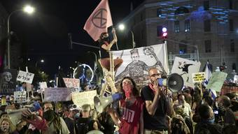 Die Proteste vor Benjamin Netanjahus Residenz in Jerusalem sollen trotz Lockdown weitergehen.