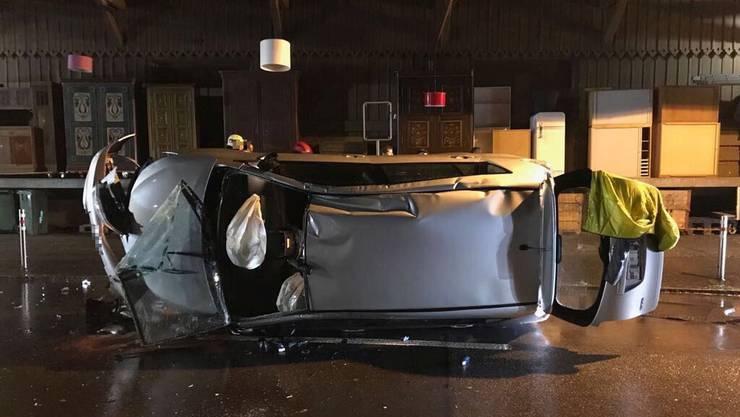 Ein Personenwagenlenker verursachte in alkoholisiertem Zustand auf der Bahnhofstrasse in Sissach einen Selbstunfall. Dabei wurde eine Person leicht verletzt.