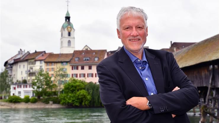 Vor der Oltner Altstadt-Kulisse mit dem Stadtturm: Auf dem Ildefonsplatz spricht Peter Gomm heute um 15 Uhr als Turmredner der Kabarett-Tage.