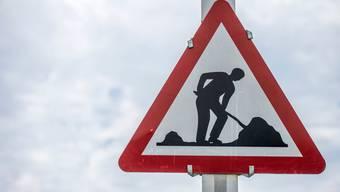 Der Einlenker an der Zürcher-/Lanzrainstrasse in Richtung Kirchweg muss für Belagsarbeiten gesperrt werden. (Symbolbild)