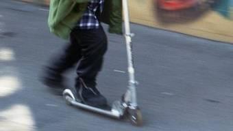 Der 11-jährige Knabe war mit dem Kickboard unterwegs. (Symbolbild)