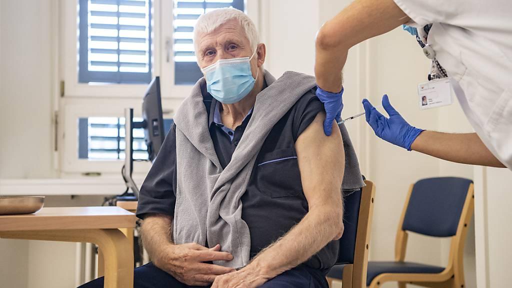 Der 80-jährige Der 80-jährige Max Clapasson aus Altdorf wurde am Montag als erste Person im Kanton Uri gegen Corona geimpft.