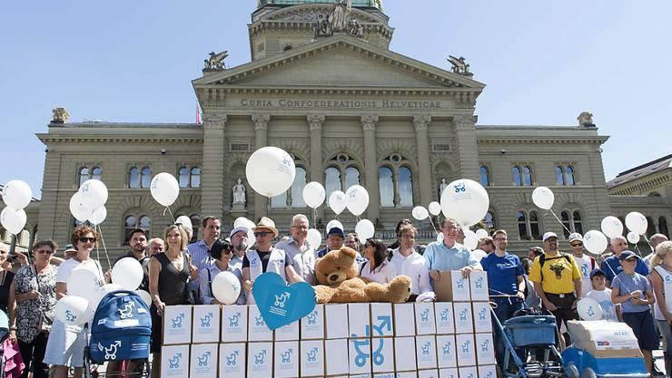 """Bis es soweit ist, haben Initianten 18 Monate Zeit: Aktion bei der Einreichung der Unterschriften für die Volksinitiative """"Für einen vernünftigen Vaterschaftsurlaub"""" im Juli. (Archivbild)"""