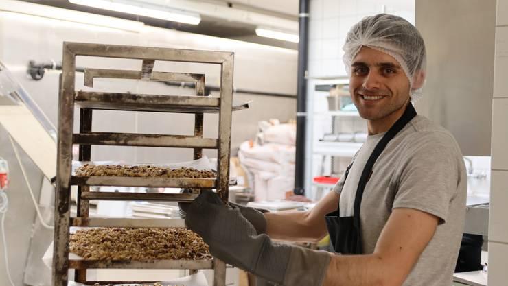 Frisch aus dem Ofen: Der Schlieremer Cyrill Badir tüftelte lange am perfekten Granola. Nun stehen seine Produkte bereits in über 20 Läden zum Verkauf bereit.