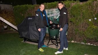 Teammitglieder von Los Grillos grillieren auch noch im Dunkeln: Patrick Haldimann (links) und Daniel Klausner.