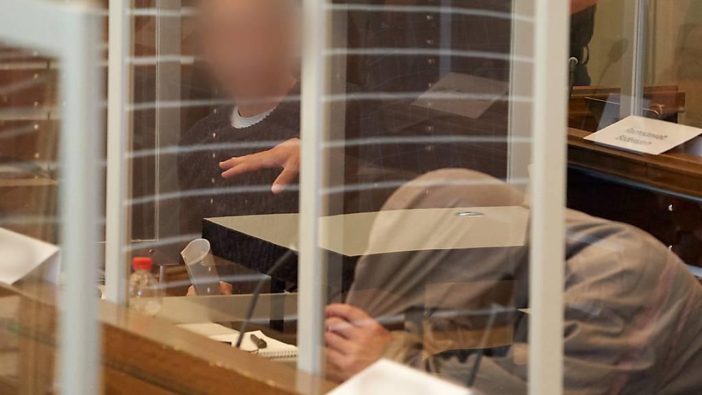 ARCHIV - Die beiden Angeklagten Anwar R. (57, l) und Eyad A. (43, r) sitzen auf der Anklagebank des Oberlandesgerichts hinter Corona-Schutzscheiben. Foto: Thomas Frey/dpa Pool/dpa - ACHTUNG: Person(en) wurde(n) aus rechtlichen Gründen gepixelt