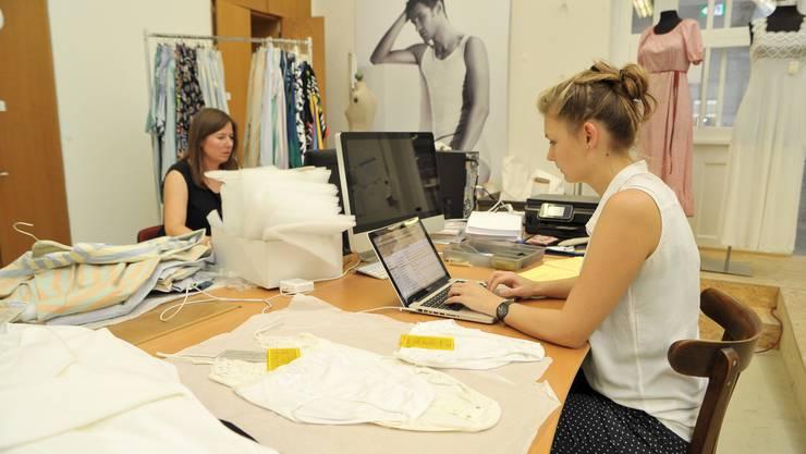 Mitarbeiterinnen der Textilpiazza beim Inventarisieren.