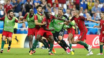 Ungläubiges Staunen in den Gesichtern der Mitspieler: Soeben hat Eder (Mitte) sein erstes Pflichtspieltor für Portugal geschossen. Das Tor zum EM-Titel.