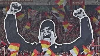 Wertschätzung pur: Die Fankurve von Union Berlin ehrt Trainer Urs Fischer, der in Köpenick spätestens seit dem vergangenen Mai und dem Aufstieg in die Bundesliga ein Held ist, mit einer riesigen Choreografie.