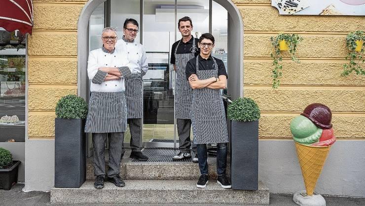 Bigo, Boyda, Almir und Alvin Oskakach (v.l.) führen die neue Bäckerei an der Landstrasse.
