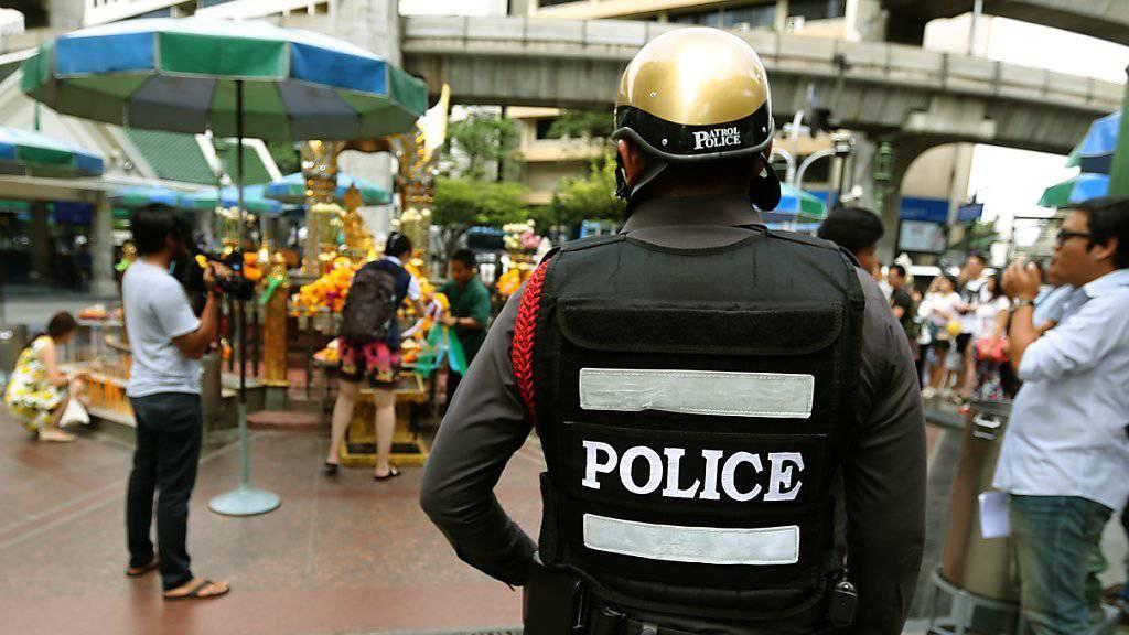 Polizeipatrouille in Thailands Hauptstadt Bangkok: Erneut sind in Thailand zwei Bomben hochgegangen. Bei einem Hotel in Pattani im Süden des Landes starb mindestens ein Mensch, 30 weitere wurden verletzt. (Archivbild)