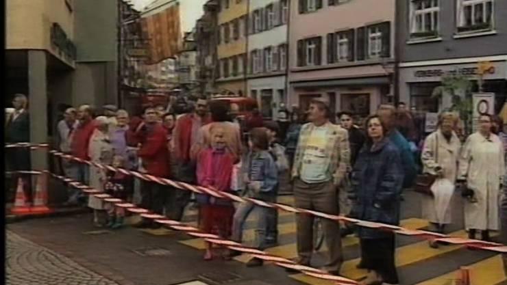 Am Nachmittag versammeln sich viele Schaulustige bei der Rheinbrücke.