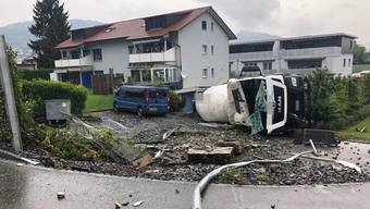 Lastwagen in Lostorf kippt