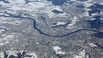 Aus der Luft ist schön sichtbar, wie weit die Basel nach Deutschland und Frankreich gewachsen ist.