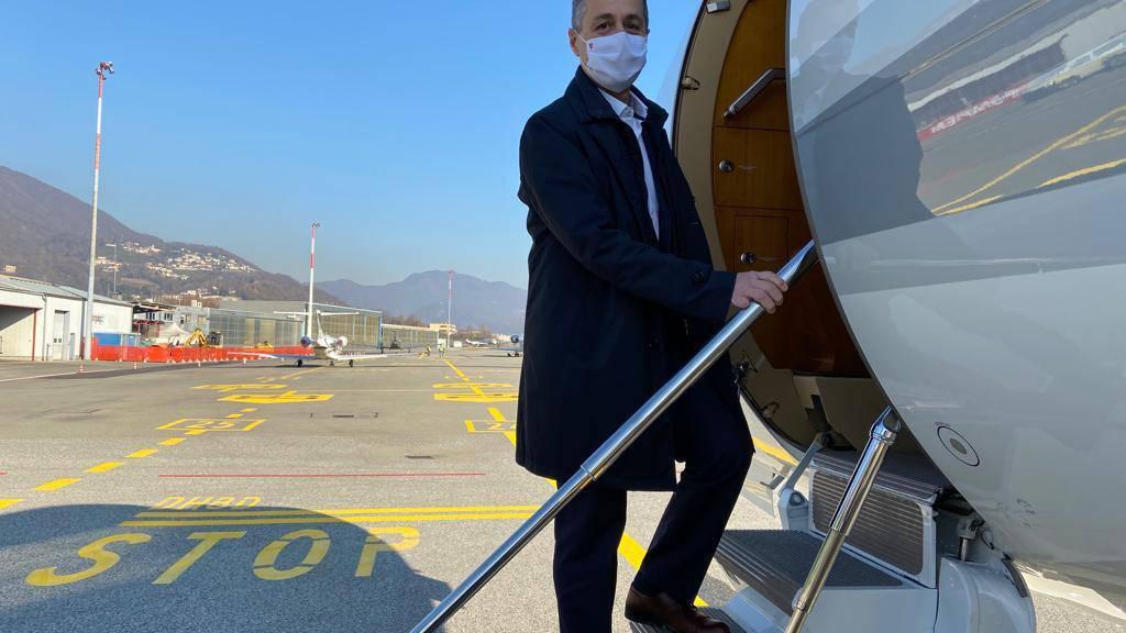 Aussenminister Ignazio Cassis steigt am Samstag in Agno TI ins Flugzeug für seine fünftägige Reise in den Nahen Osten und die Vereinigten Arabischen Emirate.