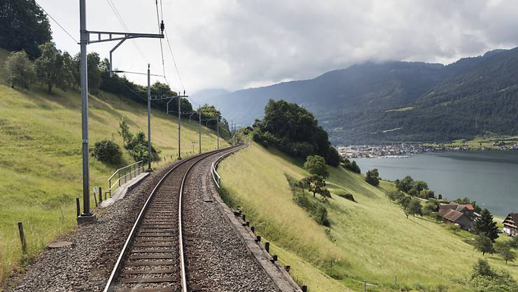Die Bahnstrecke am östlichen Zugersee-Ufer wird ausgebaut und saniert und deswegen für eineinhalb Jahre gesperrt. Die Reisezeit zwischen der Deutschschweiz und dem Tessin verlängert sich um bis zu 15 Minuten. (Archivbild)