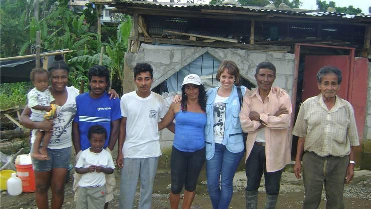 Nadine Jaeggi (Dritte v.r.) auf Hausbesuch bei einer kolumbianischen Flüchtlingsfamilie. Sie leben mit einem Budget von fünf Dollar pro Tag.Nadine Jaeggi