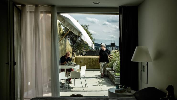 Fredy und Myrta Hossli sind begeistert von ihrer neuen Terrassenwohnung im sechsten Stock an der Herrenmatt 3 mit Blick über dir Brugger Altstadt.