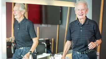 Der Nussbaumer Charly Järmann greift auch mit 87 Jahren noch zwei Mal pro Woche als Coiffeur zu Schere und Kamm. Chris Iseli