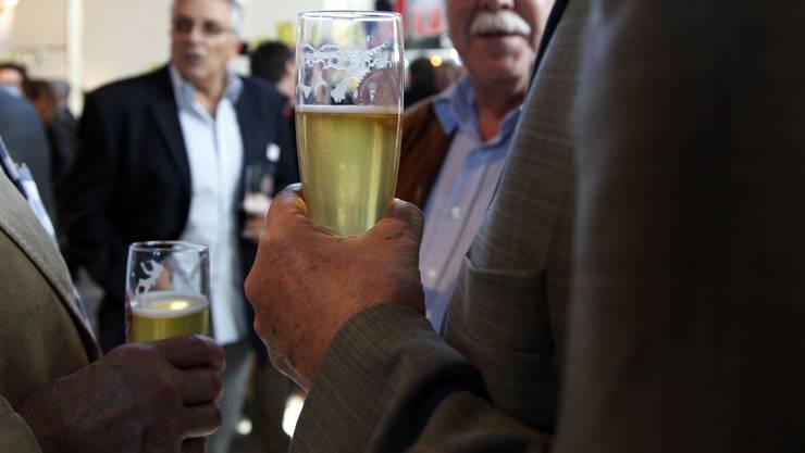 Für die Bierkonsumenten haben die Beanstandungen keine Folgen - keine Sorte muss aus dem Sortiment genommen werden. (Symbolbild)