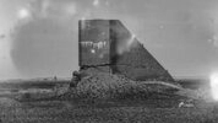 Ein Betonelement in der kasachischen Wüste - auf dem radioaktiv behandelten Film von Julian Charrière.