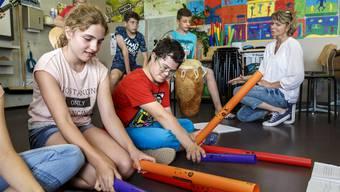 Joshua und Hannes nehmen am normalen Unterricht teil und werden von ihren Klassenkameraden als Mitschüler akzeptiert.