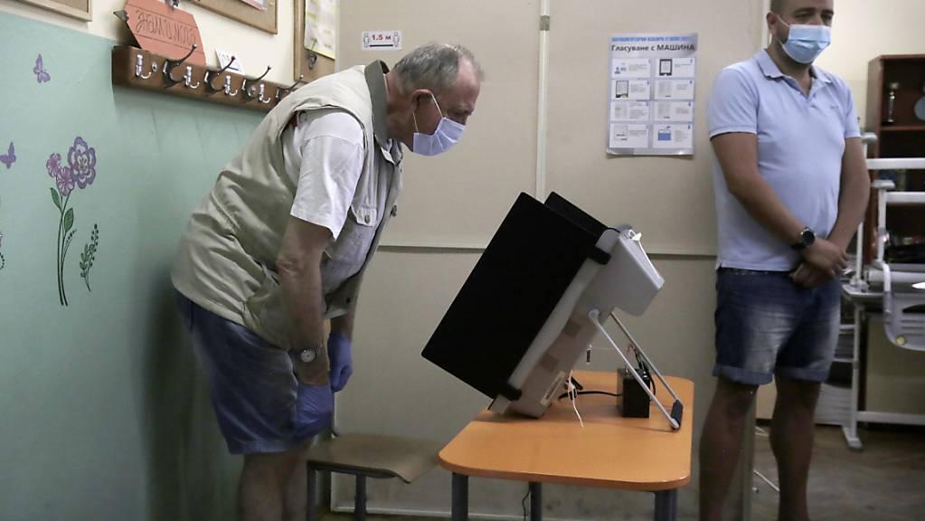 Stimmabgabe in einem Wahllokal in Bulgariens Hauptstadt Sofia. In Bulgarien ist eine neue Parlamentswahl angelaufen, zum zweiten Mal innerhalb von nur gut 100 Tagen. Foto: Valentina Petrova/AP/dpa