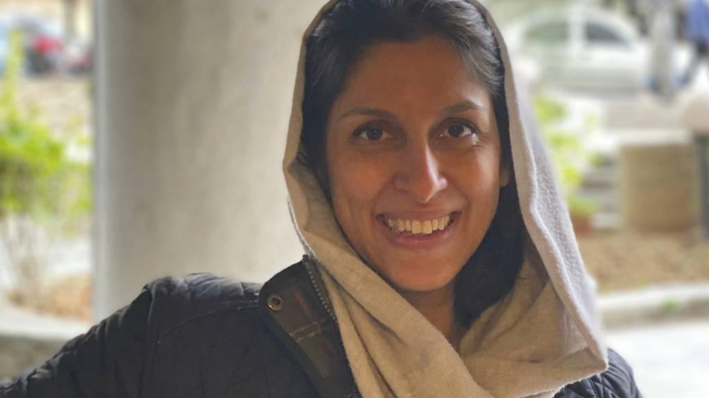 HANDOUT - In diesem von ihrer Familie veröffentlichten Foto lächelt die britisch-iranische Entwicklungshelferin Nazanin Zaghari-Ratcliffe, nachdem sie aus dem Hausarrest entlassen wurde. Foto: Zaghari Family/AP/dpa - ACHTUNG: Nur zur redaktionellen Verwendung im Zusammenhang mit der aktuellen Berichterstattung und nur mit vollständiger Nennung des vorstehenden Credits