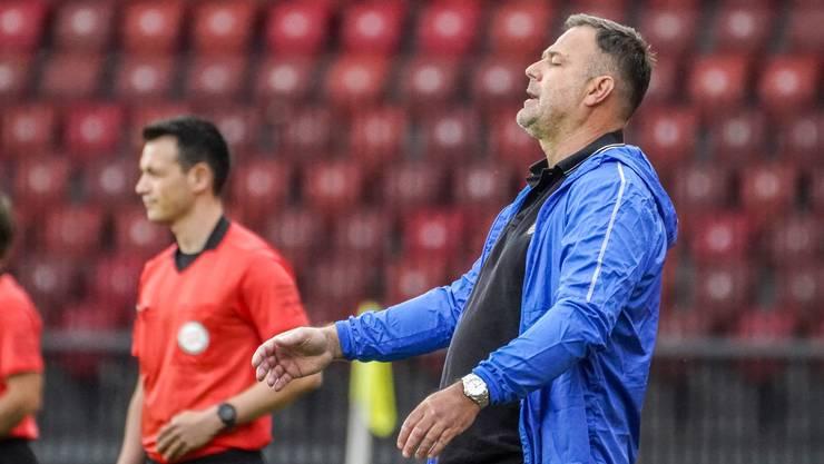 Trainer Patrick Rahmen verwirft die Hände und mag nicht hinschauen: So schlecht war der Auftritt seiner FCA-Mannschaft beim 0:5 gegen GC.