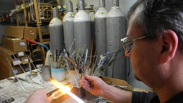 Roger Steiner produziert eine Grappa-Pfeife