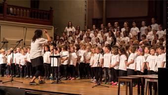 Mit veiel Begeisterung am Werk: Die Schülerinnen und Schüler des Schulhauses Hermesbühl erinnern im Konzertsaal an den Berner Troubadour Mani Matter.