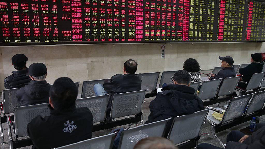 Chinesische Investoren beobachten die Entwicklung der Kurse an der chinesischen Börse. Chinesische Behörden haben in ihrem Kampf gegen Schattenbanken in China Fälle von Geldwäsche und illegalen Finanztransfers im Volumen von etwas 117 Milliarden Euro entdeckt, so Medienberichte.