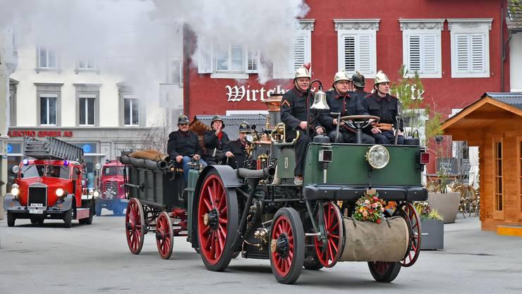 Da fährt sie vor: Die Automobildampfspritze führt den Corso der Feuerwehrveteranen auf dem Weg zur Segnung vor der Stadtkirche an.