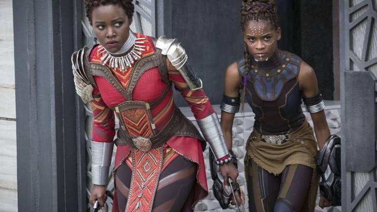 """Lupita Nyong'o (l) und Letitia Wright in """"Black Panther"""". Der Film hält in Nordamerika seit vier Wochen den Spitzenplatz. (Archivbild)"""