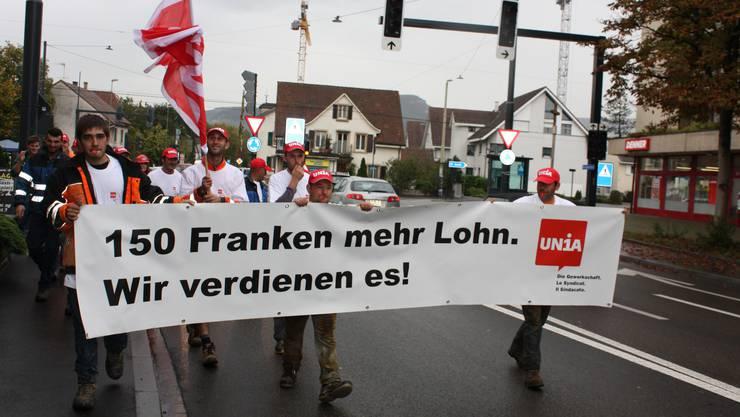 Rund 100 Bauarbeiter gingen in Reinach auf die Strasse.