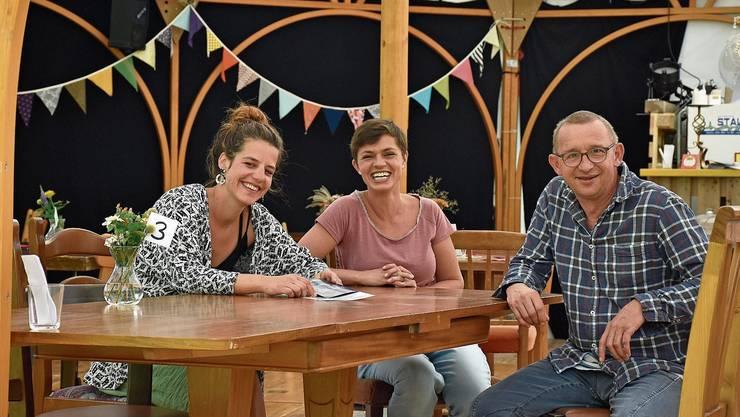 Lara Hofmann, Myra Brügger und Philipp Galizia (v.l.) blicken auf die erste Saison von «The Beiz» in Muri zurück.