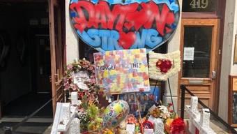 Die Menschen gedenken vor einem Nachtclub in Dayton, Ohio, der Opfer des Anschlags vom 4. August, bei dem ein Attentäter neun Personen tötete. (Archivbild)