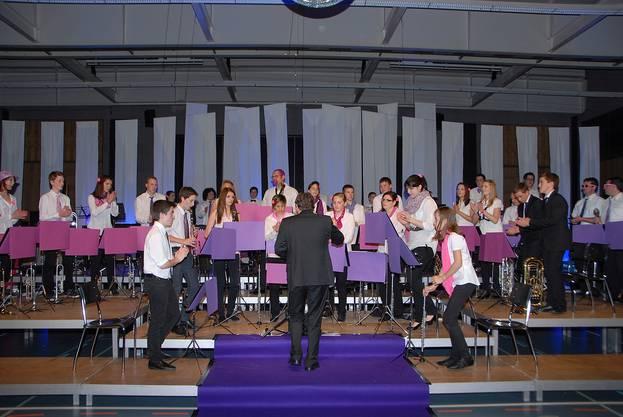 Die jungen Musikantinnen und Musikanten unterhalten auch tanzend, klatschend und singend