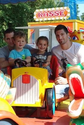 Leon und Samira mit ihren Väten Daniel Schmid (links) und Angelo Adamo auf dem Karussell