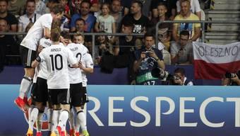 Die Deutschen feiern das 1:0 durch Mitchell Weiser