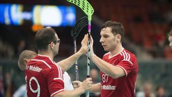 Matthias Hofbauer und Nico Scalvinoni jubeln über den Schweizer Sieg im ersten Gruppenspiel gegen Estland.