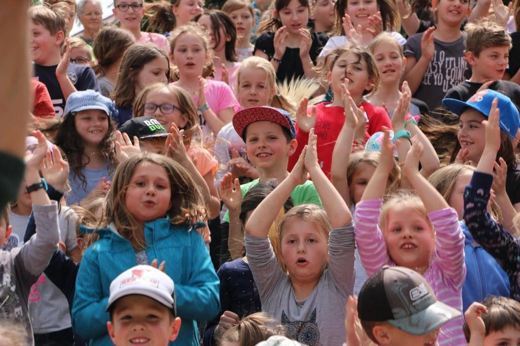 Schülerinnen und Schüler bei der Songpremiere in Kriessern