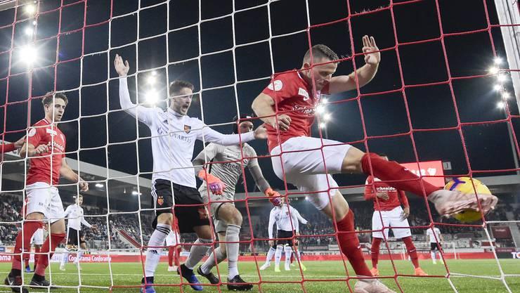 FCB-Stürmer Ricky van Wolfswinkel sieht es genau: Thuns Stefan Glarner klärt den Ball hinter der Linie, doch Schiedsrichter Klossner gibt das Tor nicht.