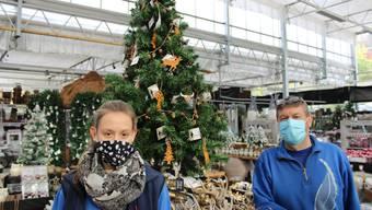 Adventsausstellung in speziellen Zeiten: Inhaber Paul Hediger und Mitarbeiterin Céline Sauter rüsten sich fürs Weihnachtsgeschäft.