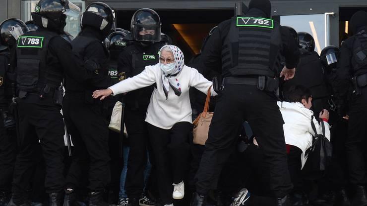 Ein Grossaufgebot an Polizei geht gegen regierungskritische Demonstrierende vor. (Bild: Keystone)